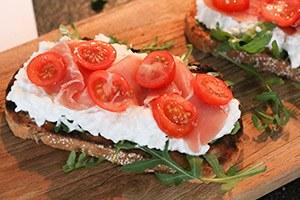 frisse-toast-met-huttenkase-en-serranoham-stap-3.jpg