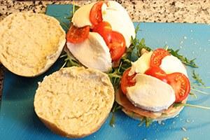 broodje-caprese-met-parmaham-stap-3.jpg