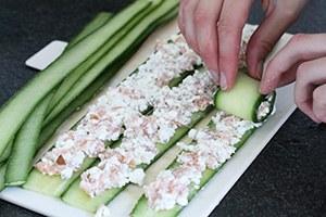 komkommerrolletjes-met-zalm-stap-3.jpg