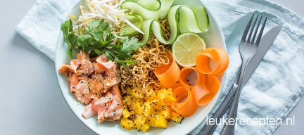 Noedel bowl met zalm