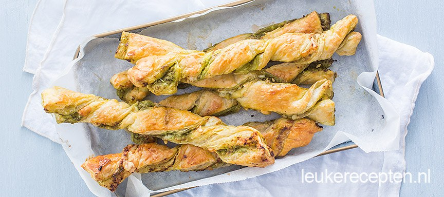 Bladerdeegstengels met pesto