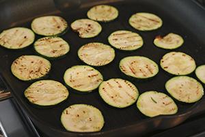 Vegetarische-salade-met-parelcouscous-en-groenteballetjes-stap-2.jpg