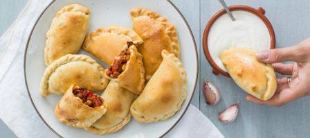 Tapasrecept: pittige Spaanse empanadas met knoflookdip