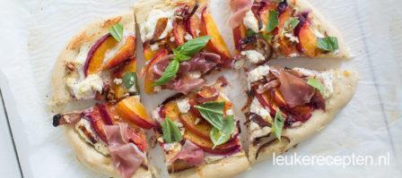 Pizza met perzik en ricotta