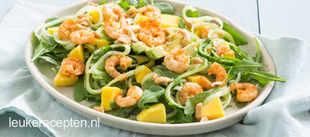Komkommer noedels met garnalen salade