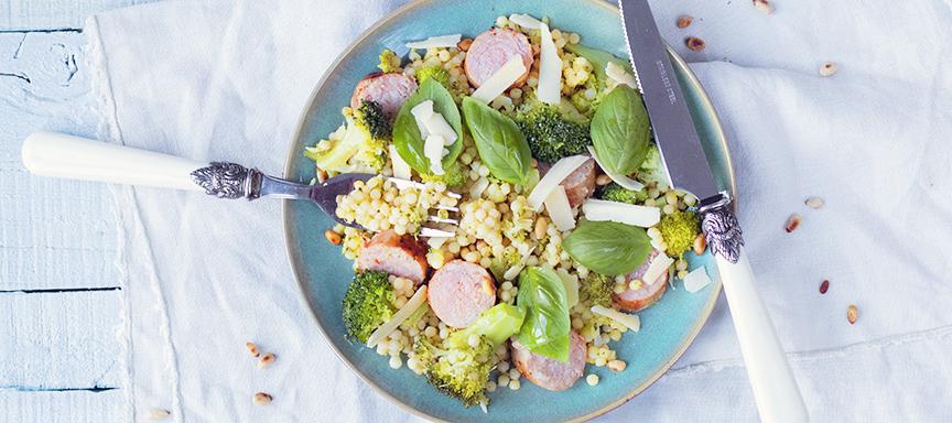 Parelcouscous met broccoli, pesto en braadworst