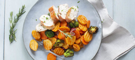 Geroosterde aardappeltjes en groenten met gevulde kip uit de Airfryer