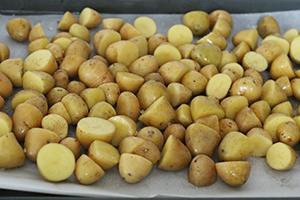 salade-met-gerookte-zalm-en-geroosterde-aardappeltjes-stap-1.jpg