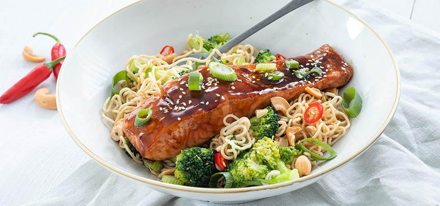 Noedels met zalm teriyaki en broccoli