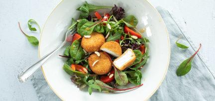 Salade met gefrituurde geitenkaas