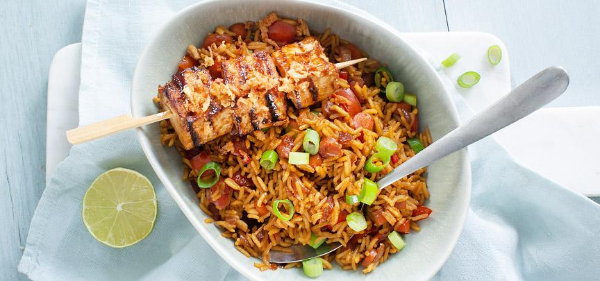 Vegan nasi met tofu spiesen