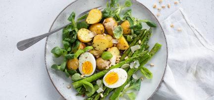 Groene asperges met aardappeltjes en ei