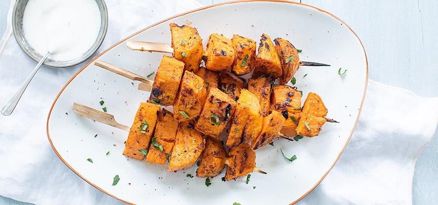 Zoete aardappel spies van de BBQ