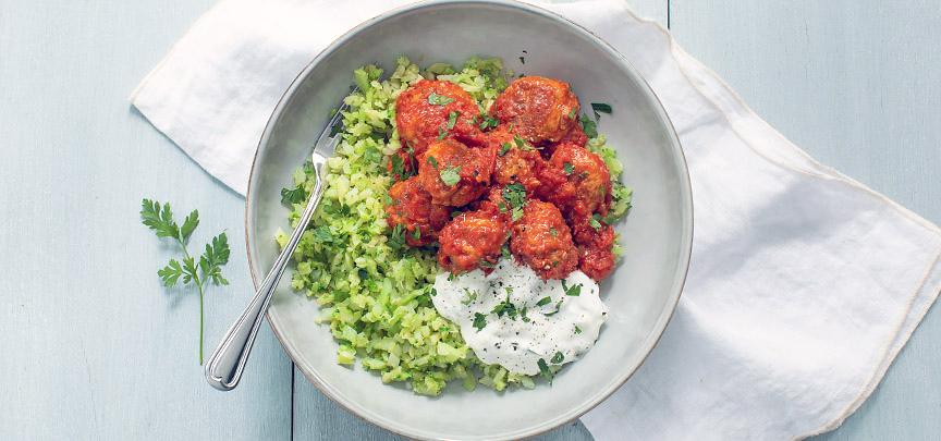 Kipballetjes in tomatensaus met broccolirijst