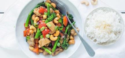 Kip cashew met bimi
