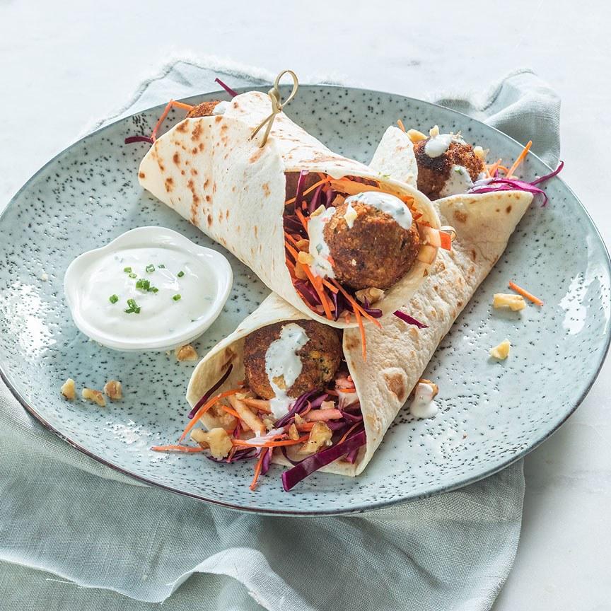 Wraps-met-rode-kool-en-falafel