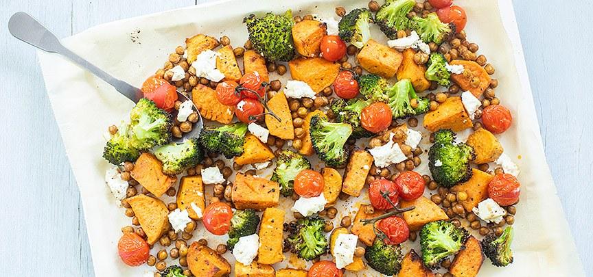 Zoete aardappel en broccoli van de bakplaat