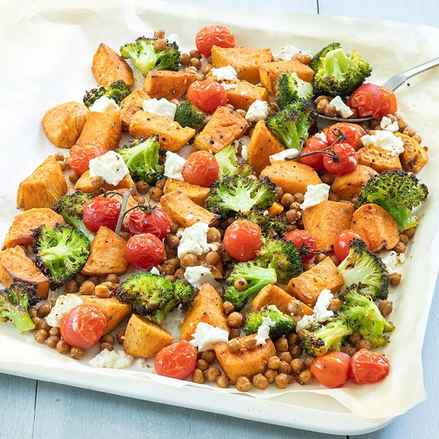 Zoete aardappel bakplaat met broccoli