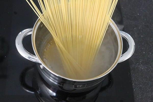 spaghetti_aglio_e_olio_01.jpg